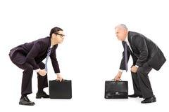 Dos hombres de negocios competitivos que se colocan en postura de la lucha de sumo Imagen de archivo libre de regalías