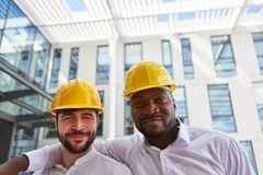 Dos hombres de negocios con el casco de seguridad como supervisor de la construcción foto de archivo libre de regalías