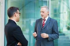 Dos hombres de negocios de la discusión al aire libre Fotografía de archivo