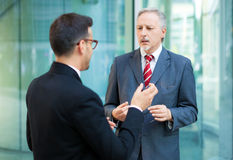Dos hombres de negocios de la discusión al aire libre Foto de archivo libre de regalías