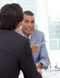 Dos hombres de negocios durante una entrevista Imágenes de archivo libres de regalías