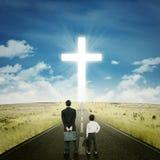 Dos hombres de negocios en el camino con una cruz Imágenes de archivo libres de regalías