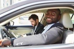 Dos hombres de negocios en el coche en viaje de negocios fotografía de archivo libre de regalías