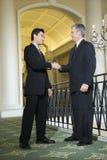 Dos hombres de negocios en hotel. Imagen de archivo libre de regalías