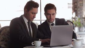 Dos hombres de negocios en la hora de comer almacen de video