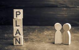 Dos hombres de negocios están discutiendo el plan de costos y de finanzas Inversiones financieras y meta que ponen un plan en la  imagen de archivo