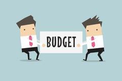 Dos hombres de negocios están tirando del presupuesto el uno al otro Fotografía de archivo libre de regalías