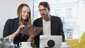 Dos hombres de negocios jovenes de la risa almacen de metraje de vídeo