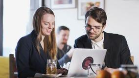 Dos hombres de negocios jovenes durante Niza una conversación almacen de metraje de vídeo