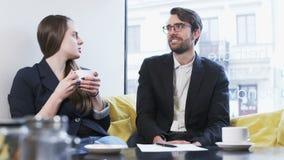 Dos hombres de negocios jovenes durante Niza una conversación almacen de video