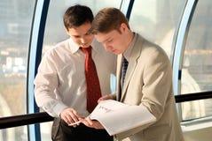 Dos hombres de negocios jovenes en la reunión Imágenes de archivo libres de regalías