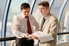 Dos hombres de negocios jovenes en la reunión Fotos de archivo libres de regalías