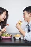 Dos hombres de negocios jovenes que comen una comida fotos de archivo libres de regalías