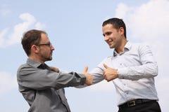 Dos hombres de negocios jovenes que muestran OK Foto de archivo