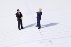 Dos hombres de negocios negocian sobre un asunto Imágenes de archivo libres de regalías