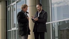 Dos hombres de negocios que discuten algo almacen de video