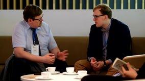 Dos hombres de negocios que discuten en Velocongress en Tekhnopolis Pasillo metrajes