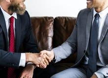 Dos hombres de negocios que están de acuerdo con un trato imágenes de archivo libres de regalías
