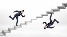 Dos hombres de negocios que funcionan con para arriba las escaleras concretas en la imagen reflejada volcada de uno a Imagenes de archivo