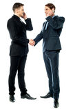 Dos hombres de negocios que hablan en el teléfono Foto de archivo