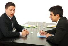 Dos hombres de negocios que hablan en la reunión Fotografía de archivo