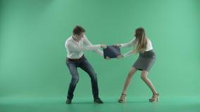 Dos hombres de negocios que luchan en una pantalla verde metrajes