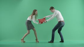Dos hombres de negocios que luchan para la carpeta roja en una pantalla verde almacen de metraje de vídeo