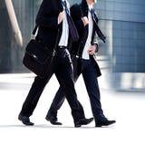 Dos hombres de negocios que recorren en el fondo de la oficina. Foto de archivo libre de regalías