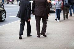 Dos hombres de negocios que recorren en la ciudad Imagen de archivo libre de regalías