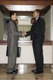 Dos hombres de negocios que sacuden las manos Foto de archivo
