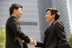 Dos hombres de negocios que sacuden las manos fuera de la oficina Foto de archivo libre de regalías