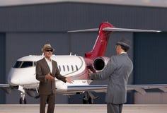Dos hombres de negocios que se encuentran en el aeropuerto ejecutivo Fotografía de archivo libre de regalías
