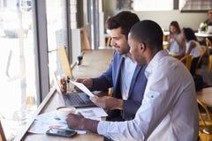 Dos hombres de negocios que tienen reunión informal en cafetería fotografía de archivo