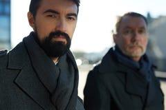Dos hombres de negocios serios al aire libre foto de archivo libre de regalías