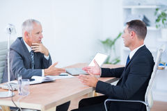 Dos hombres de negocios serios que hablan y que trabajan Imagen de archivo