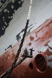 Dos hombres en el recogedor de la cereza que trabaja en la nave en la opinión de ángulo bajo de la dique seco Fotos de archivo libres de regalías