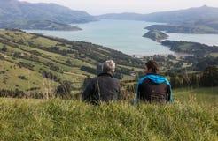 Dos hombres en el top de la colina que mira el puerto Imagen de archivo libre de regalías