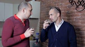 Dos hombres en el trabajo en la oficina en el café de la bebida de la hora de comer y discutir el trabajo almacen de video