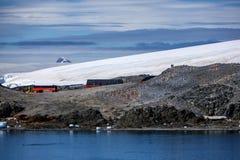 Dos hombres en la estación base de la investigación de la Antártida Imagenes de archivo