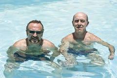 Dos hombres en la piscina Fotografía de archivo libre de regalías