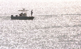 Dos hombres en un barco Fotos de archivo libres de regalías