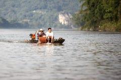 Dos hombres en un barco de bambú en Li River cerca de Guilin en China Imagen de archivo