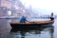 Dos hombres en un barco en Varanasi Fotografía de archivo libre de regalías