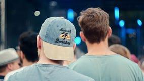 Dos hombres en un festival aprietan A foto de archivo libre de regalías