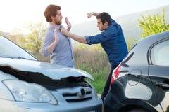 Dos hombres enojados que discuten después de un choque de coche Imagen de archivo libre de regalías