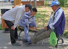 Dos hombres están jugando a inspectores en el parque de Ulaanbatar Foto de archivo