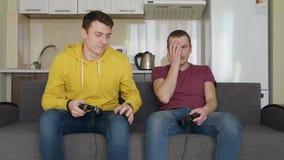 Dos hombres est?n jugando a los videojuegos y pierden metrajes