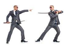Dos hombres figthing con la espada aislada en blanco foto de archivo libre de regalías