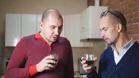 Dos hombres hablan en la cocina en la oficina durante una rotura metrajes