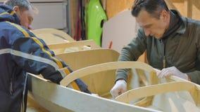 Dos hombres hacen independientemente un barco de la madera Ellos mismos inventaron el diseño del buque para sus viajes almacen de video